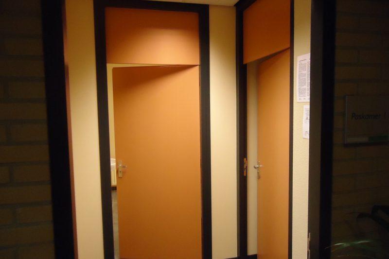 Wanden gesausd en deuren en kozijen geschilderd kleuren aangepast na bestaande kleuren Meppel