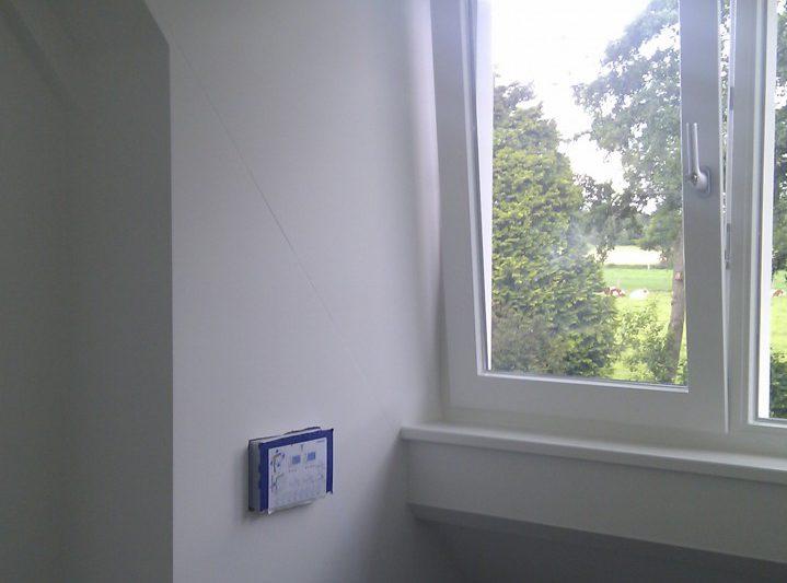 Binnen schilderwerk van kozijnen, ramen en deuren en plinten en sauswerk van de wanden en plafond. Douche gesausd met schimmelbestendige saus project De Wijk